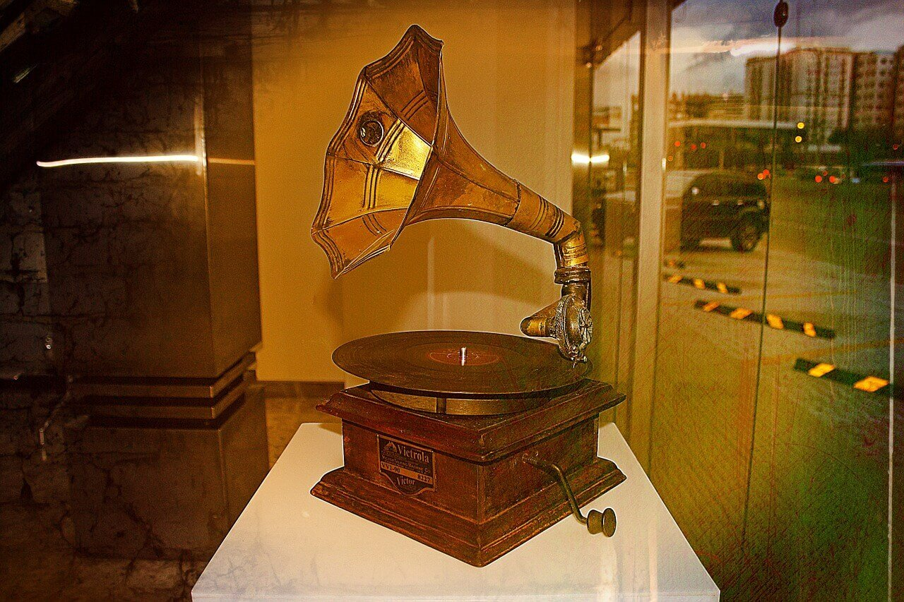 THE OLD VICTROLA